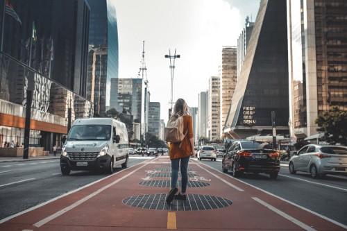 Mulher caminha pelo canteiro central da Avenida Paulista