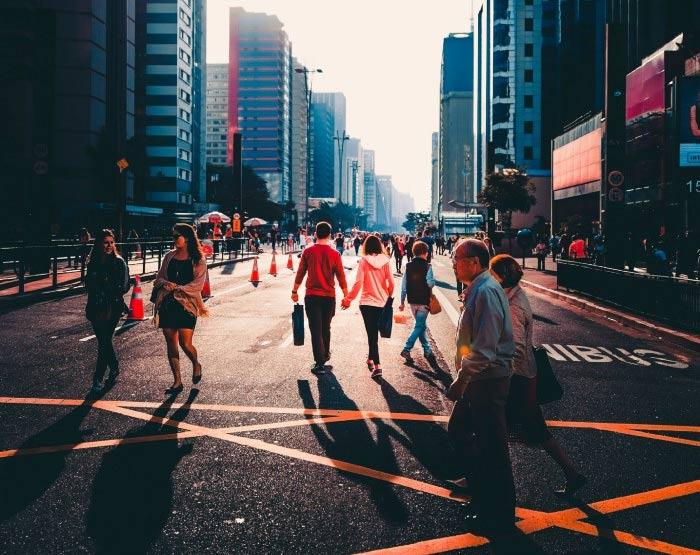 Pessoas andam pela Avenida Paulista no entardecer de um dia que ela está fechada